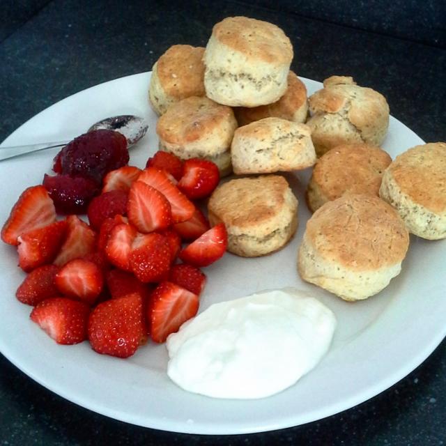 Scones met aardbeienjam en slagroom