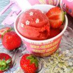 sorbetijs van aardbeien en vlierbloesem